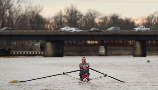 Meet the 71-Year Old Librarian Who Commutes to Work by Rowing