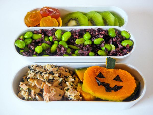 Agh! Thereu0027s are hot dog fingers sushi rice and carrot pumpkins and a vat of bloody dipping sauce in this gruesome bento! I think I just lost my appetite. & More Halloween Bento Boxes - Neatorama Aboutintivar.Com