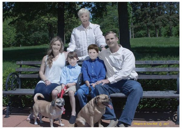 """Family Shares The Cartoonish Results Of Their Photo Shoot With A """"Professional"""" Photographer"""