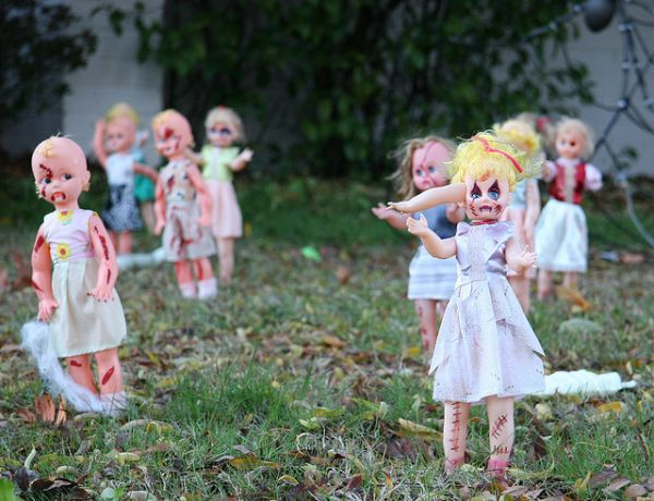 A scary way to decorate your lawn neatorama for Scary halloween decorations to make at home