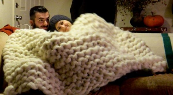 Large Knitting Needles And Wool Uk : Giant knitted blanket made with pvc knitting needles and