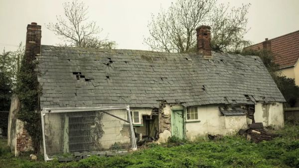 Urban Explorer Ventures In To The Crooked Cottage, Left Untouched For 9 Years