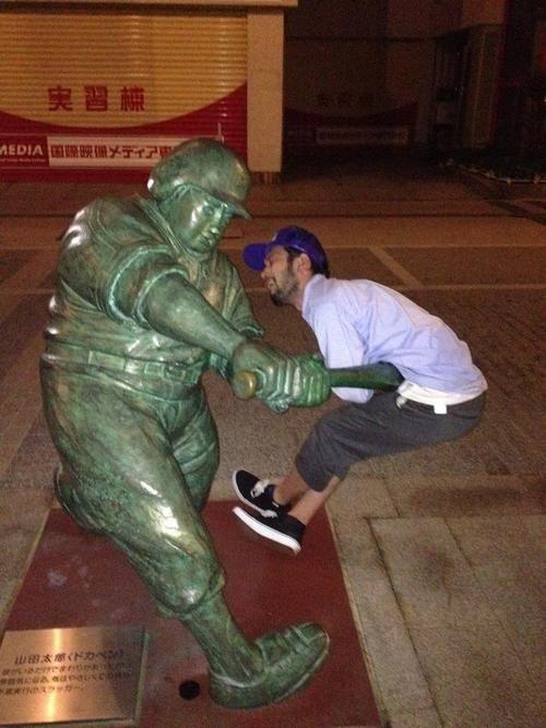 34 People Having Fun With Statues Neatorama