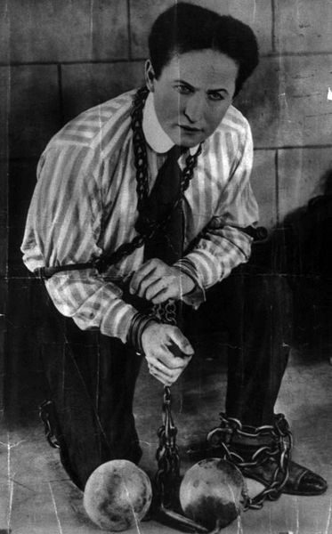 373px-Harry_Houdini-b