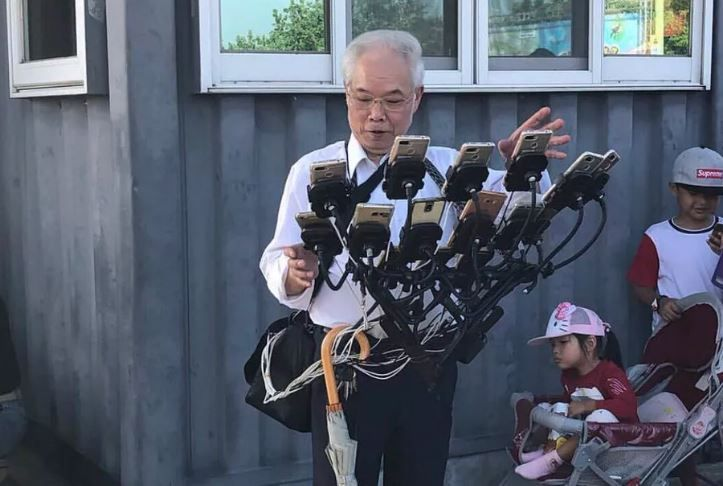 granpa-takes-pokemon-go-to-the-next-level-with-his-homemade-rig-that-holds-11-phones