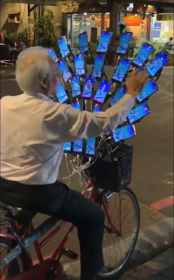 Hardcore Pok U00e9mon Go Grandpa Plays With 30 Phones At The Same Time