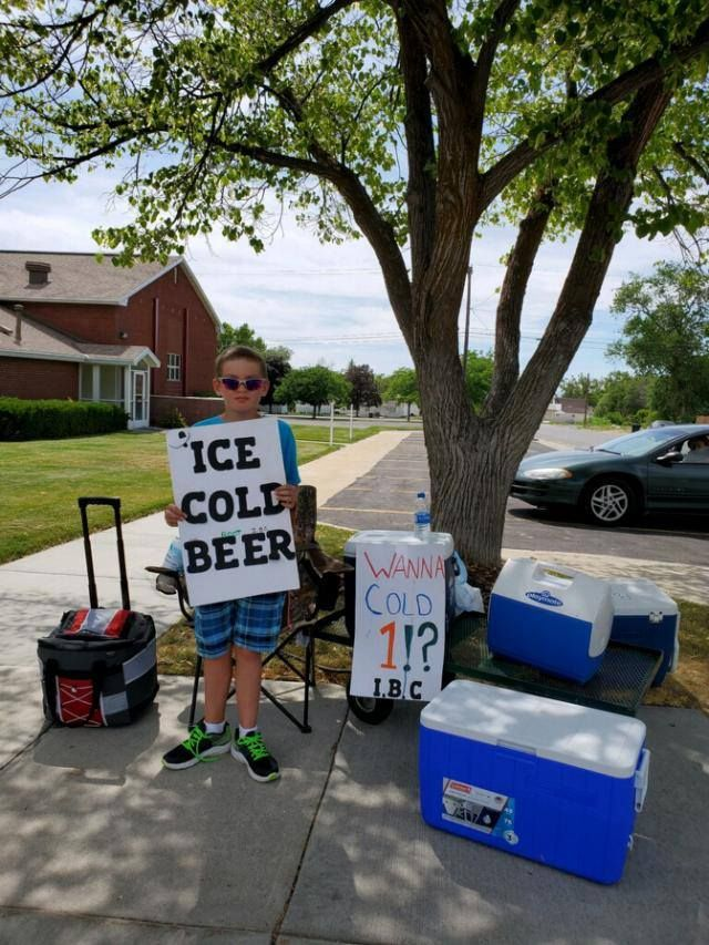 "11-Year Old Salesman Caught The Attention of Policemen with ""Ice Cold Beer"" Sign"