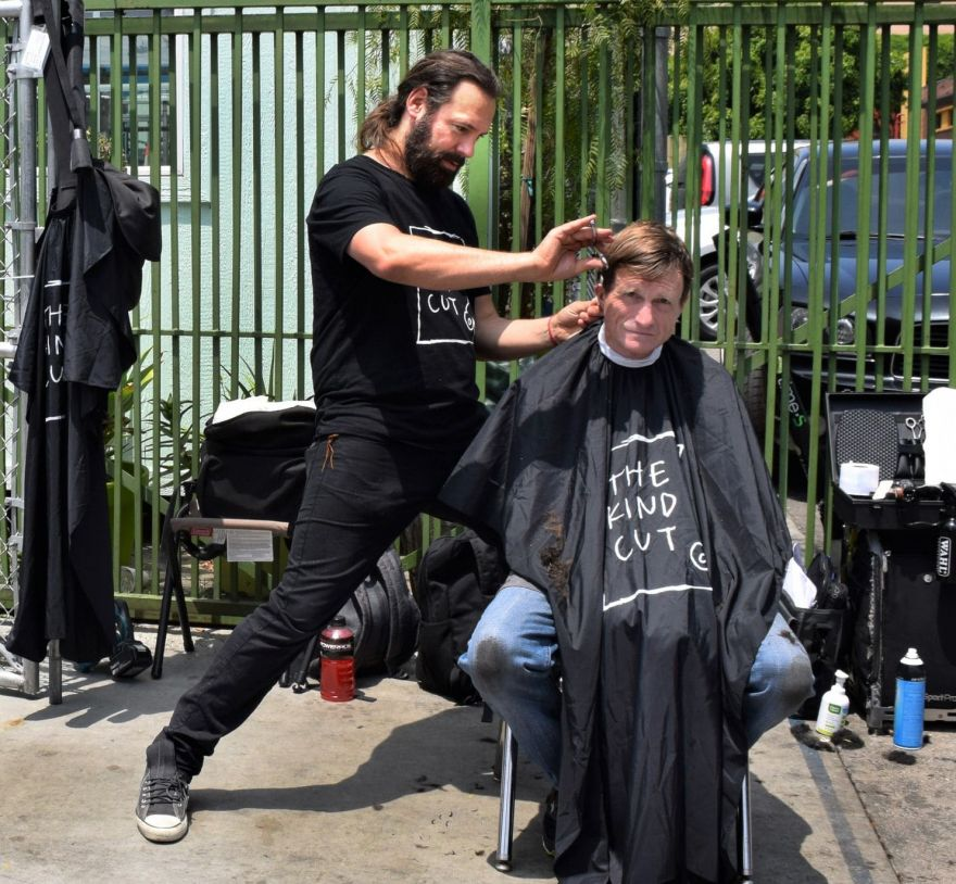 hollywood-hair-stylist-give-cuts-to-the-homeless