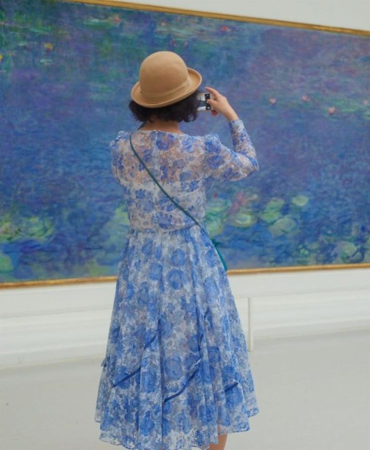 Museum Visitors Who Accidentally Match The Artwork