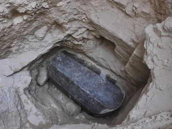 mysterious-black-granite-sarcophagus-discovered-in-alexandria